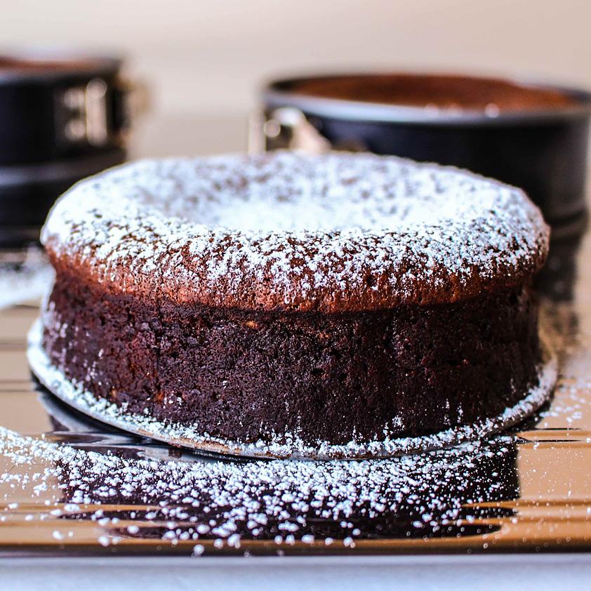 <p>この豊かなケーキは、イタリア北部の伝統的なデザートを元にしています。チョコレート、ヘーゼルナッツと共にプルーン […]</p>